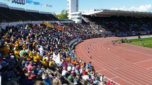 En bild över läktarna på Olympiastadion i Helsingfors.