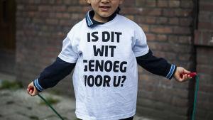Barn med invandrarbakgrund demonstrerade i en förort i Amsterdam den 22 maj 2015 för att få fler vita klasskamrater.