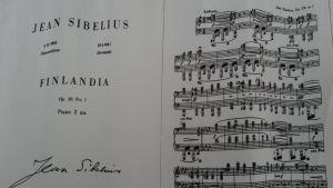 Noterna till Sibelius Finlandia tryckt på silkestyg