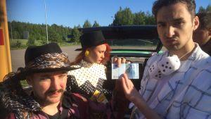 Mika ja Rami esittelevät 20 markan seteliä.