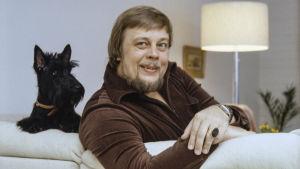 Matti Salminen kotonaan (1979).