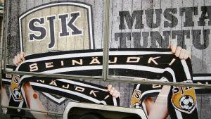 Detalj av vagn där man säljer supporterprodukter för SJK.