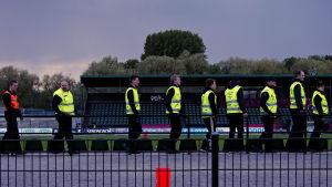 Ordningsmän marscherar iväg efter att matchen FC Lahtis-HIFK slutat