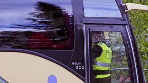 Ordningsman på HIFK-supportrars buss före match i Lahtis