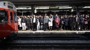 Människor väntar på metron i London.
