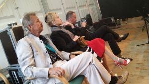 Tuomarit seuraavat kuningatarfinalistien esityksiä Tango Paviljongilla
