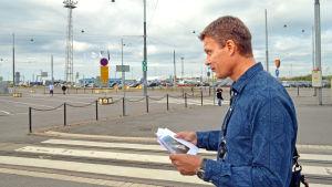 Jussi Malm blickar ut över området där den nya terminalbyggnaden ska byggas.