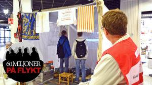 Röda korset har satt upp ett flyktingtält i Kyrkslätt centrum.
