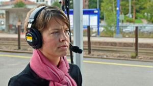 Petra Willamo intervjuas i utesändning i Grankulla.