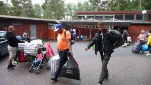 Asylsökande i lägergården Heinänokka.