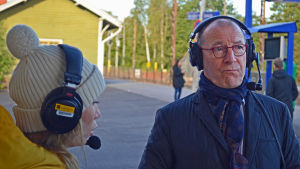 Carina Bruun intervjuar Torsten Widén på Grankulla station.