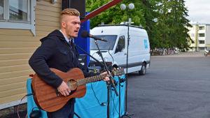 Joey Edström uppträder på Grankulla station.