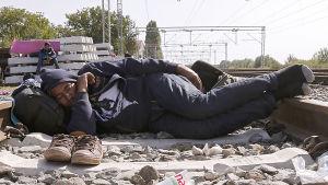 Flykting sover på järnvägsspår i Kroatien.