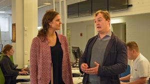 Amanda Audas-Kass och Axel Aminoff samtalar på redaktionen.