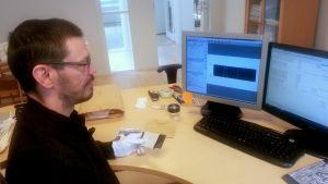 Magnus Crawford scannar och katalogiserar fotonegativ.