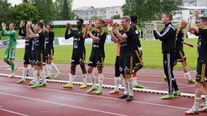 SJK:s spelare tackar hemmapubliken efter match mot VPS.