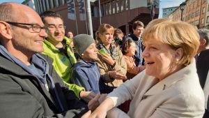 Angela Merkel hälsar på människor i Frankfurt under 25 års-jubileet av Tysklands återförening