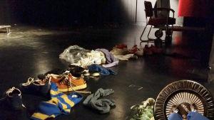 Vi spelar in i studion. Rekvisita: skor.
