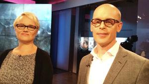 Mari Koli och Fredrik Rahka tittar framåt.