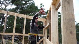 Byggföretagaren Ville Holmström på ett sommarstugsbygge