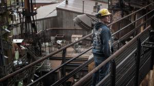 """Tidigare stålverksarbetaren Lars """"Pikku-Lasse"""" Westerholm i filmen Koverhar - Kreativ förstörelse?"""