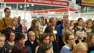 Bokmässan 2015, publik kring märta tikkanen och intervjuaren nina nyman.