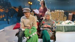BUU-klubbsledarna Staffan och Eva tillsammans med regissören Isa Skeppar spelar in julkalendern för Yle Fem.