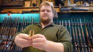 Matias Dahlberg med de två typerna av ammunition. Blyfritt i höger hand.