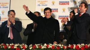 Premiärminister Ahmet Davutoglu håller segertal i Ankara.