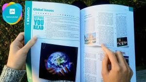 Ett uppslag ur en lärobok som IB-eleverna i Vasa övningsskolas gymnasium läser.
