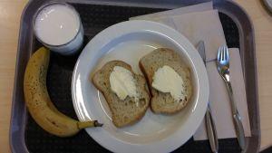 Kouluruokatarjotin, jolla vain leipää, maitoa ja banaania