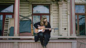 Artisten Nightbird alias Anna-Stina Jungerstam spelar akustisk gitarr.