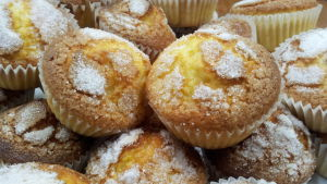 Pieniä muffinsseja vadissa