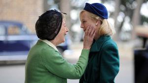 Sairaanhoitaja palaa maailmalta 50-luvun Australiaan.