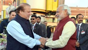 Pakistans premiärminister Nawaz Sharif välkomnar sin indiske kollega Narendra Modi på flygplatsen i Lahore 25.12.2015