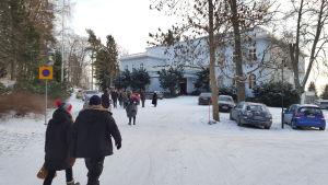 Folk strömmar till Haiko gårds loppis