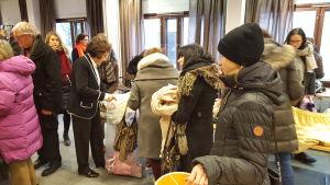 Satu Tiivola hjälper besökare.