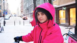 Anton Salmenkylä i halvbild med rosa jacka.