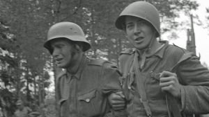 Aseveli ohjaa toveriaan joukkosidontapaikalle. Vuosalmi 13. heinäkuuta 1944.