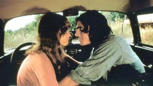 Two-Lane Blacktop, elokuva vuodelta 1971. Kuvassa Laurie Bird ja James Taylor.