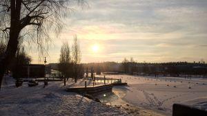 Trots det kalla vädret vill ändå solen titta fram.