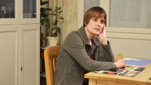 Bild på Sigrun Bessadottir vid sitt köksbord