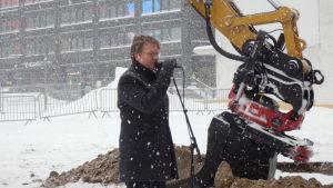 bitr stadsdirektör Pekka Sauri talar vid grävskopan, första gropen för Amos Rex