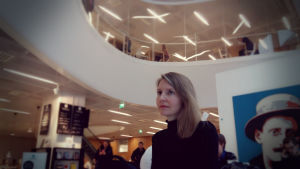 Nora Hämäläinen sitter i Kafé Gaudeamus intill Helsingfors universitets nya studentbibliotek.
