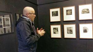 Leif Strengell berättar om sina verk i utställningen Melancholia på Black Wall Gallery i Vasa.