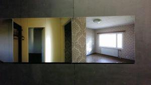 Fotoverk tagna i Leif Strengells barndomshem, strax innan huset såldes. Verken är hängda så att mellanrummet mellan dem motsvarar springorna i väggskivorna i huset.