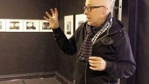 Leif Strengell tar ofta händerna till hjälp när han berättar om sin bilder och hur de kommit till honom.