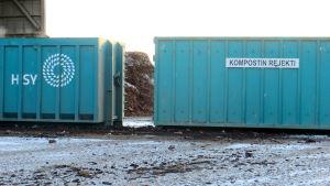 Kompostin rejekti-kontteja Ämmässuolla.