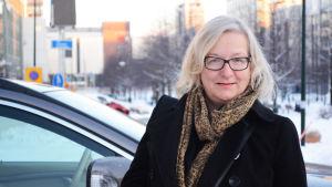 Bild på Pia Fagerholm-Mård framför en bil