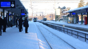 I-tåget kommer in på Hoplax station på vintern.